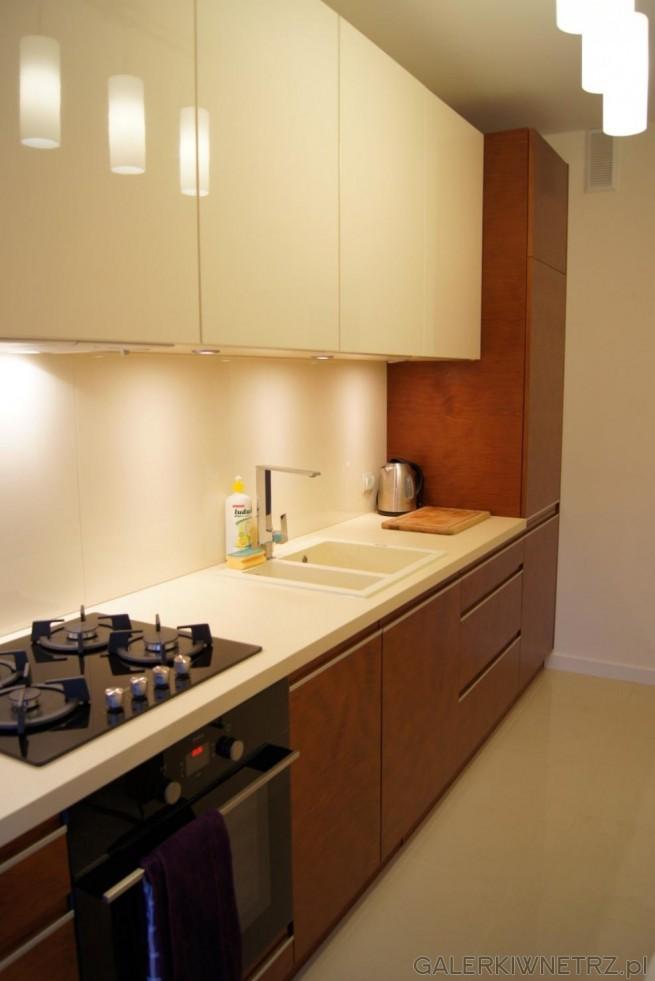 Kuchnia w kolorach: ecru oraz ciemny brąz. Połączenie tych kolorów ociepla wnętrze ...