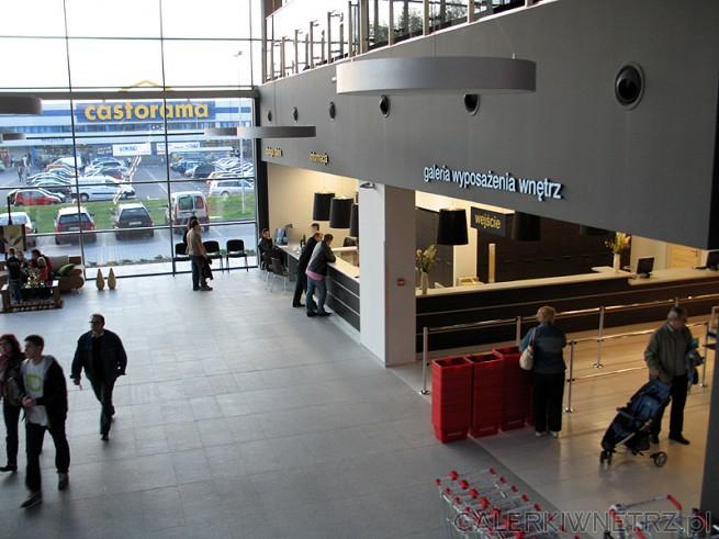 Wejście do Centrum BRW. Na dole wejście do samoobsługowego sklepu Galeria Wyposażenia ...