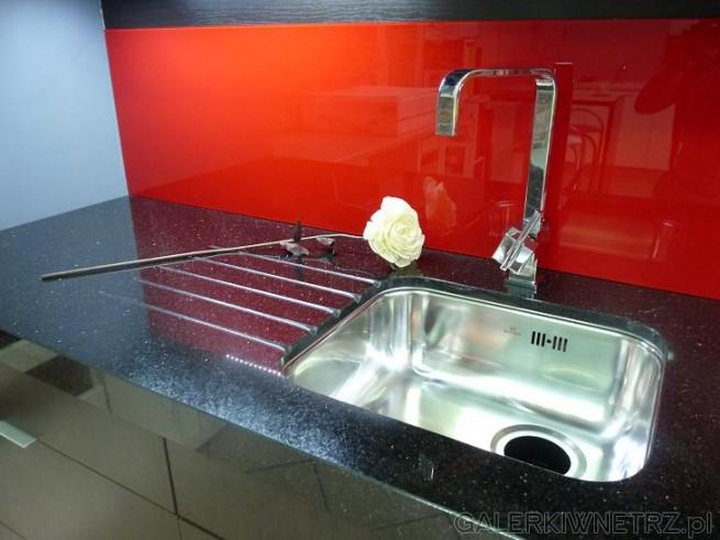 Marmurowy, gruby blat i czerwona ściana w kuchni