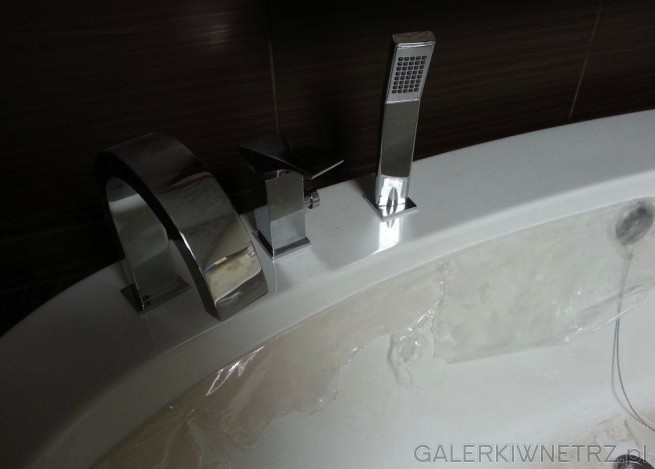 Do ceramicznej wanny Opoczno z serii Kioto użyto srebrnąbaterięi słuchawkęprysznicową. ...