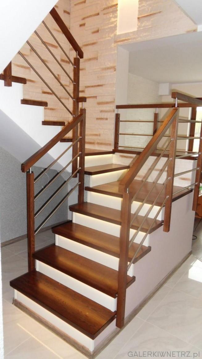 Projekt przyjemnych, rodzinnych schod贸w, w kt贸rych wykorzystano drewno, biel i ...
