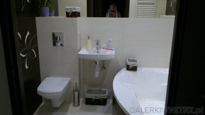 Łazienka w bielach i czerni. Wykorzystane płytki to Paradyżz kolekcji Travena ...