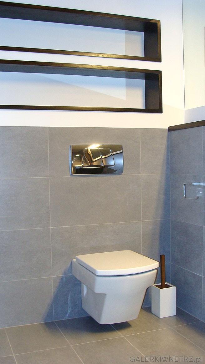WC podwieszany typu Geberit. Klawisz chromowany - połysk. Widoczne półki w ścianie ...