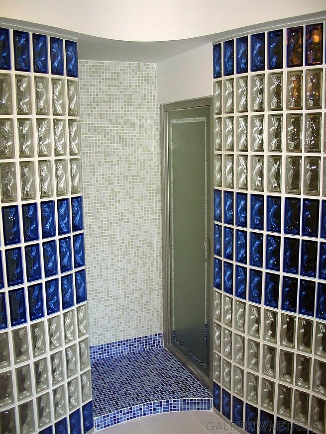 Łazienka ma powierzchnię około 12m2. Widoczne drzwi z prawej strony prowadzą ...