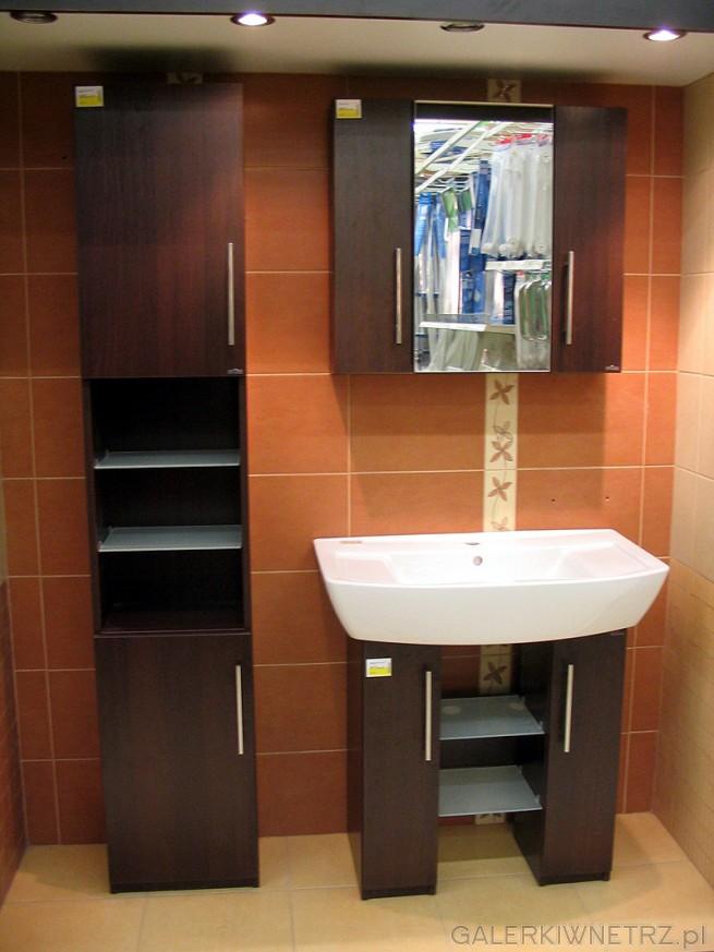 Zestaw mebli łazienkowych. Warto zwrócić uwagę na półki z matowego szkła w szafce. ...