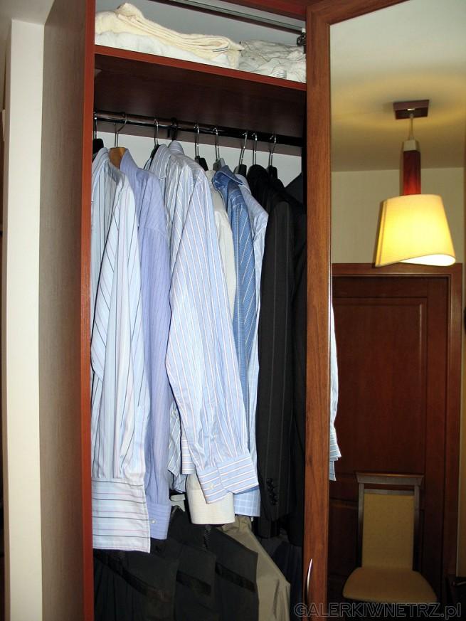 Założeniem szafy do przedpokoju były 2 pełne poziomy do zawieszania ubrań oraz niewielki ...