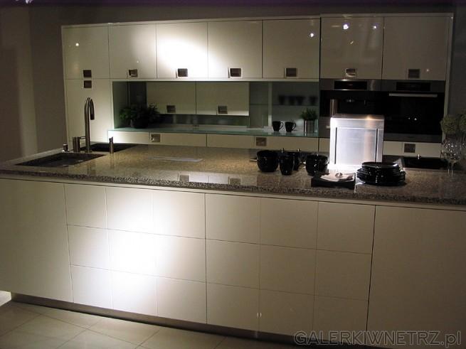 Kuchnia w bieli. Jest to przykład aranżacji kuchni o dużej powierzchni - do domu ...