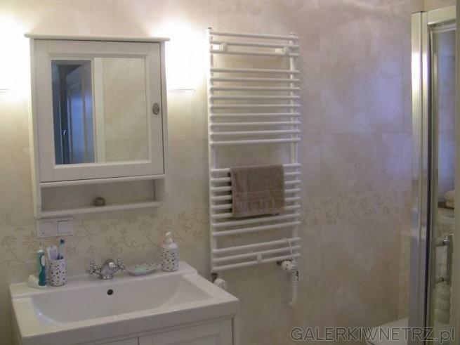 Łazienka w bieli i beżu. Ta niewielka łazienka pomieściła prysznic narożny, ...