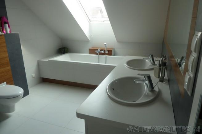 Niewielkie okienko na skosie oświetla łazienkę przez cały dzień. Bateria Umywakowa ...