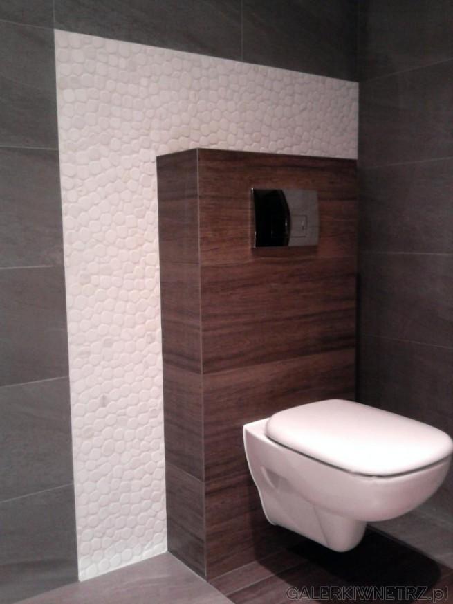 Brązowe Płytki Arkwood Brown. Białe WC zamontowane na ścianie z brązowych Płytek