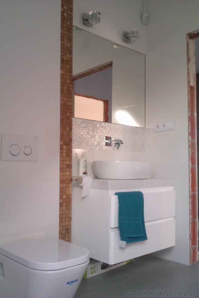 łazienka Utrzymana W Bieli Sprawia Wrażenie Schludnej