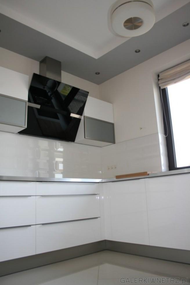 Nad blatem firmy Chobot 211 Mont Blanc znajdują się białe Płytki London Piccadilly ...