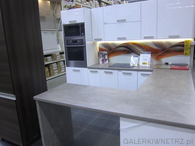 Meble kuchenne CITY w Castoramie utrzymane w jasnej kolorystyce, białe szafki i ...