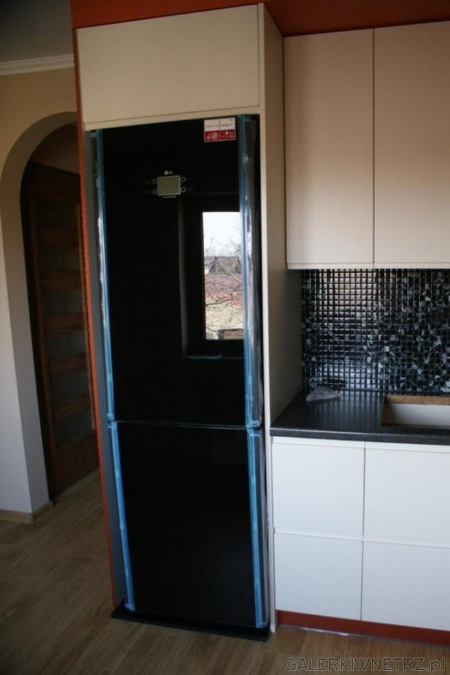 Białe Szafki Kontrastujące Z Czarną Mozaiką Zabudowana