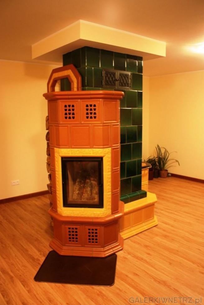 Piec kaflowy w stylu retro, umieszczony centralnie w energooszczędnym drewnianym ...