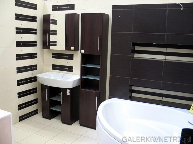 Zabudowa ściany z półkami w łazience - ciekawy pomysł. Zabudowa wanny narożnej