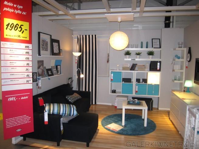 Pokazowy pokój Ikei, w tym przypadku salon, w którym znajdziemy wygodnąkanapę ...