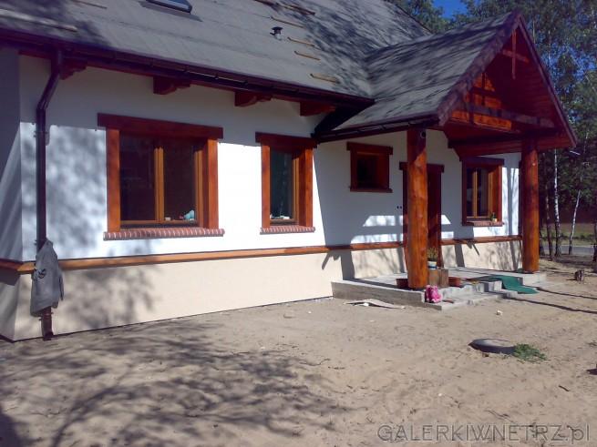 Dom wykonany nieco w stylu dworkowym. Elewacja jest pomalowana na biało, za wyjątkiem ...