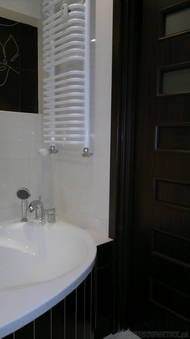 W tej łazience z czarnymi dekorami Paradyż świetnie siękomponująciemne drzwi z ...