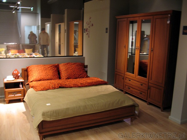 Aranżacja sypialni z klasycznymi meblami: dwuosobowe łóżko małżeńskie wykonane ...