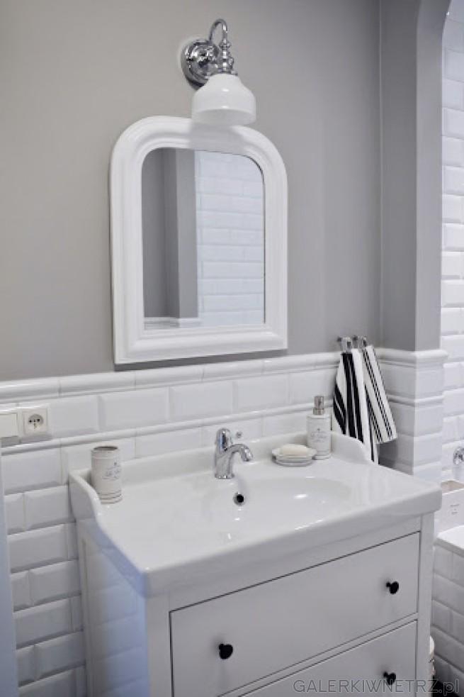 Umywalka o prostokątnym kształcie znajduje sięna białej szafce z dwoma półkami. ...