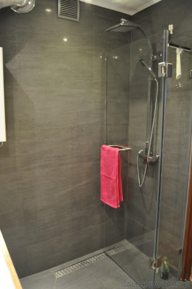 Przezroczysta kabina prysznicowa bez brodzika. Optyczny efekt większego pomieszczenia. ...