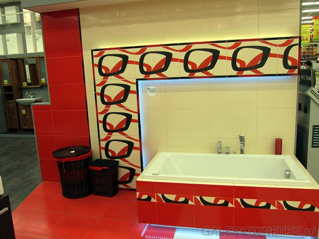 Łazienka czerwona zabudowa wanny i terakota. Podświetlona wanna