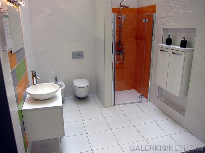 Ciekawa aranżacja łazienki. Leroy Merlin proponuje kolorowe kafelki pod lustrem. ...