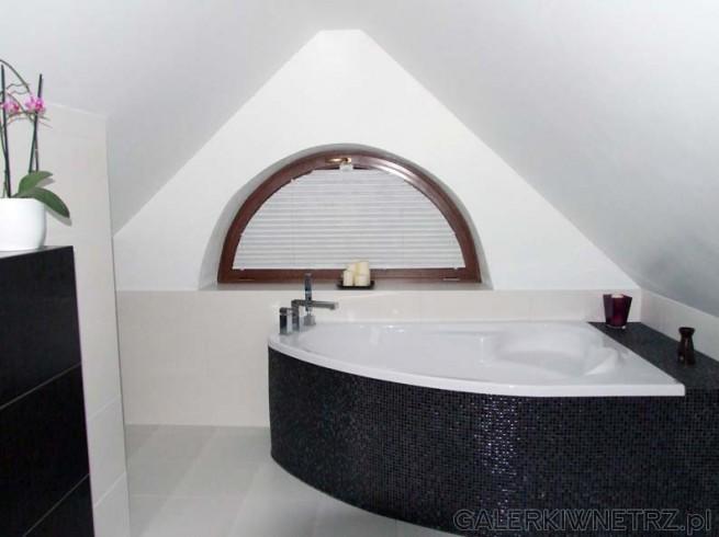 Łazienka w tonacji czarno białej - black and white. Duża, półokrągła wanna wyłożona ...