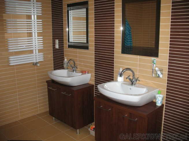 Dwie umywalki w łazience, dwa lustra
