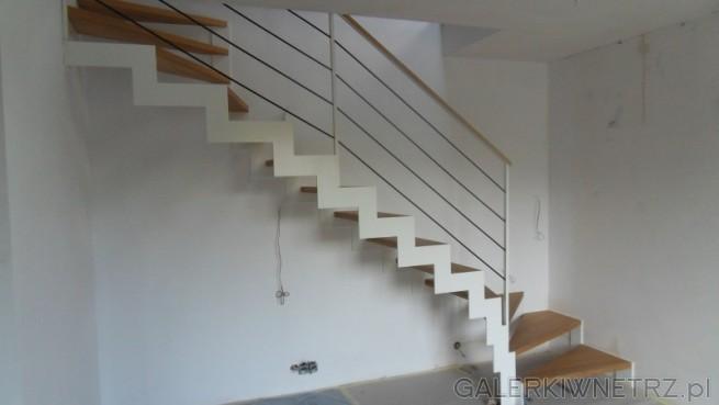 Cały widok na minimalistyczne schody ażurowe w bieli i drewnie. Stopnie są drewniane, ...
