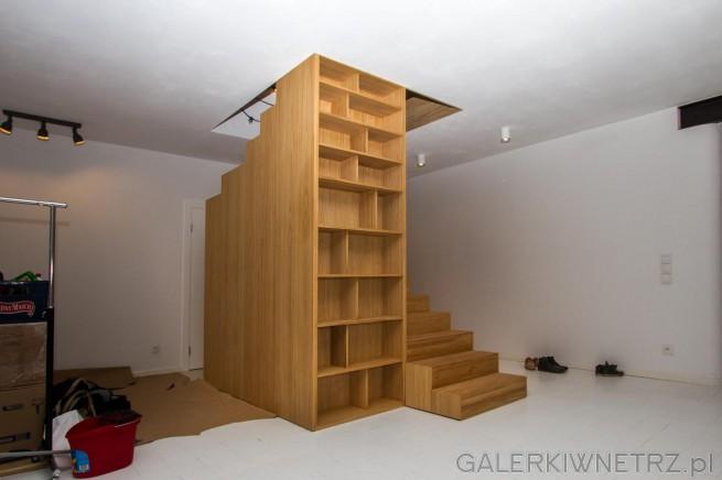 Schody na strych, zabudowane i w całości wykonane z drewna. Nieodłącznym elementem ...