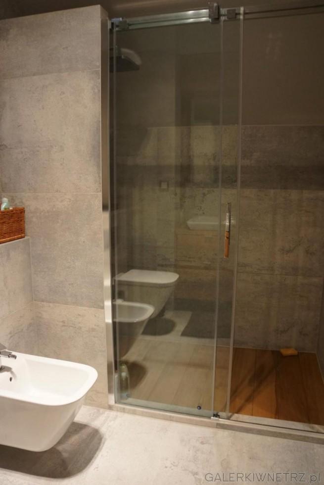 Wnętrze prysznica obudowane jest gresem szarym z kolekcji Macieja Zienia dla Tubądzina. ...