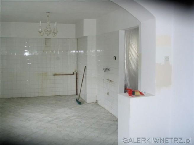 A tu kuchnia ze zbitą terakotą. Stara glazura została na ścianach, obłożyliśmy ...