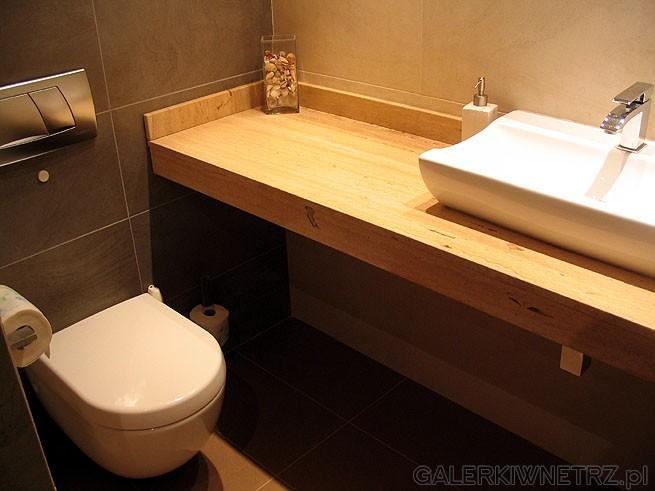 Travertin: Jako podstawę zamocowania umywalki wykorzystano blat z kamienia naturalnego ...