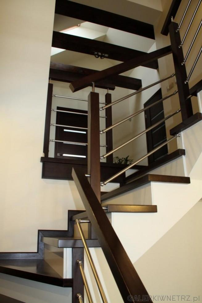 Projekt schod贸w w czerni i bieli. Czo艂o schod贸w jest bia艂e, tak samo jak ich ...