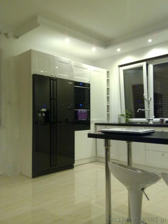 Duża, biała, sterylna kuchnia. Przesteń jest dobrzezagospodarowana. Kuchnia oświetlona ...