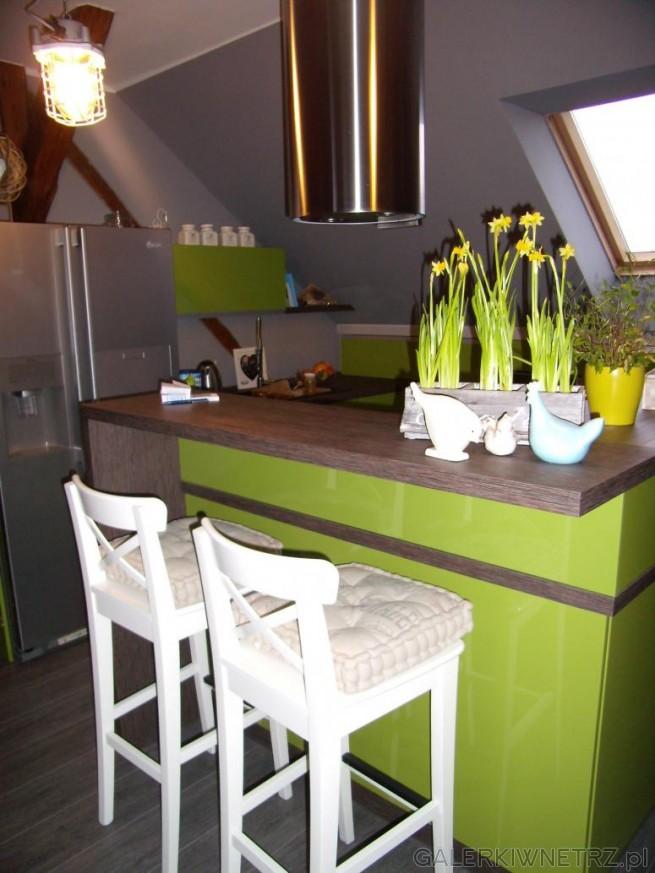 Wyspa połączona z blatem kuchennym. Wyspa jest zielona, w takim samym odcieniu ...