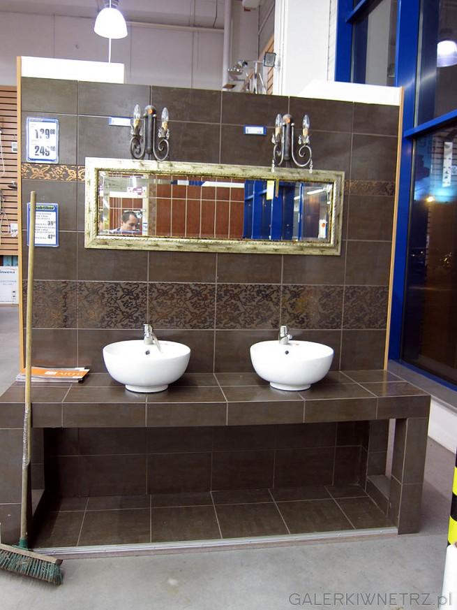 Łazienka - dwie okrągłe umywalki, zabudowa z cegieł i glazury