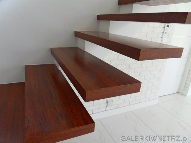 Stopnie wyglądają bardzo klasycznie, zostały wykonane z ciemnego drewna. Ciekawy ...