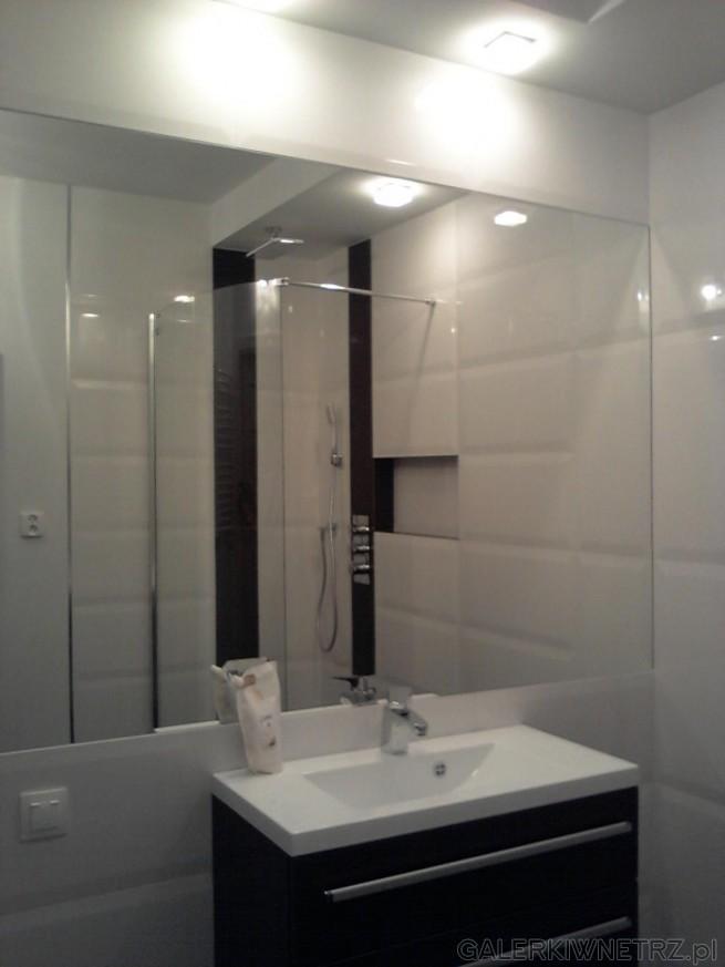 łazienka W Bieli Z Wykorzystaniem Na ścianach Płytek