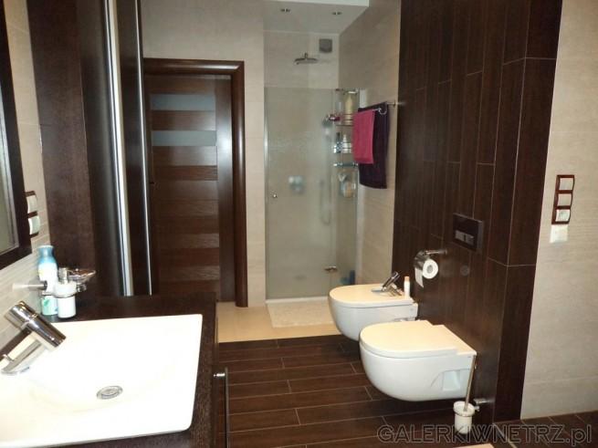 Jasna łazienka z ciemnobrązowymi dodatkami, płytki Tubądzin Bosco Wenge i Sasso ...