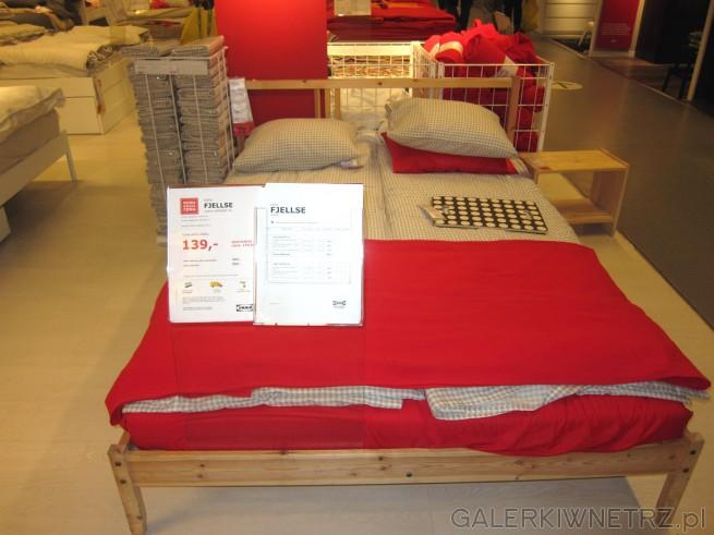 Dwuosobowe łóżko FJELLSE wykonane z sosny o wymiarach 140x200 cm. Rama łóżka ...