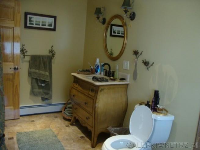 Obraz w łazience jako element dekoracji. Oświetlenie w postaci lamp do przedpokoju.