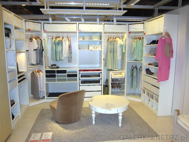 Pokazowa garderoba z szafkami na opakowania, pudełka, powieszone rzeczy, buty. ...