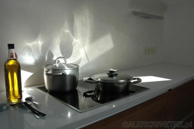Aranżacja prostej kuchni w bieli. Blat kuchenny został wykonany z białego kwarcu, ...