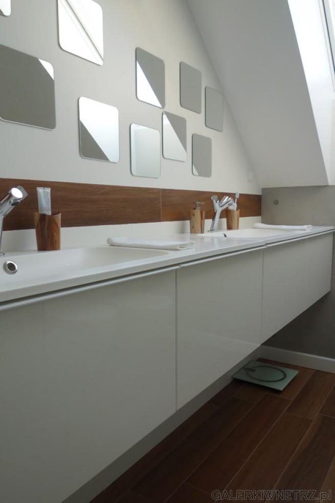Przepiękna aranżacja łazienki w bieli z lekkądomieszką brązu. Ciekawym rozwiązaniem ...