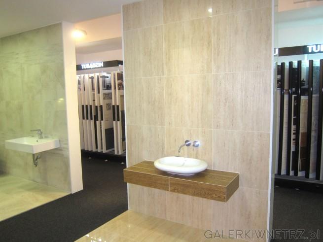 Zdjęcie eleganckiej łazienki Akcess - widaćtu bardzo elegancki pomysł na umywalkę ...
