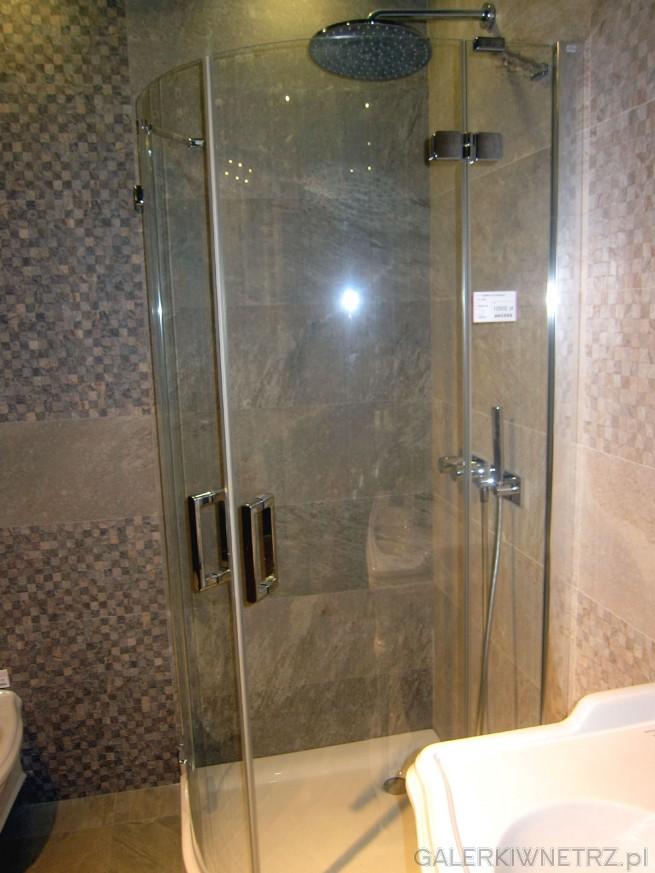 Prosta, zaokrąglona kabina prysznicowa wykonana w całości ze szkła, ze srebrnymi ...