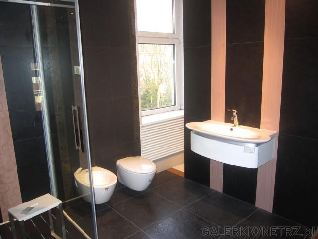 Bardzo elegancka aranżacja łazienki, utrzymana w bardzo ciemnej tonacji z jasnymi ...